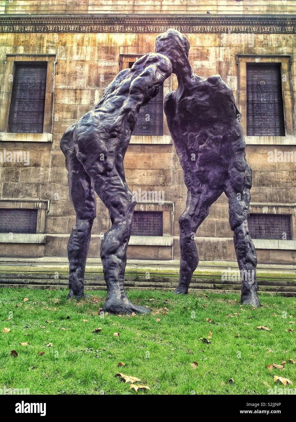 The 6 metre high modern sculpture, 'Alien', by David Breuer-Weil, in St Pancras church gardens, London, England, UK. - Stock Image