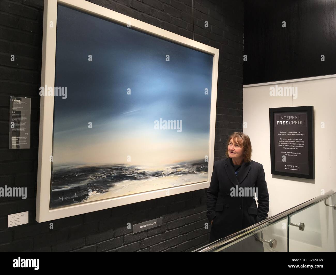 Artist Lynne Timmington with her 5ftx4ft painting on sale in Whitewall Gallery. - Stock Image