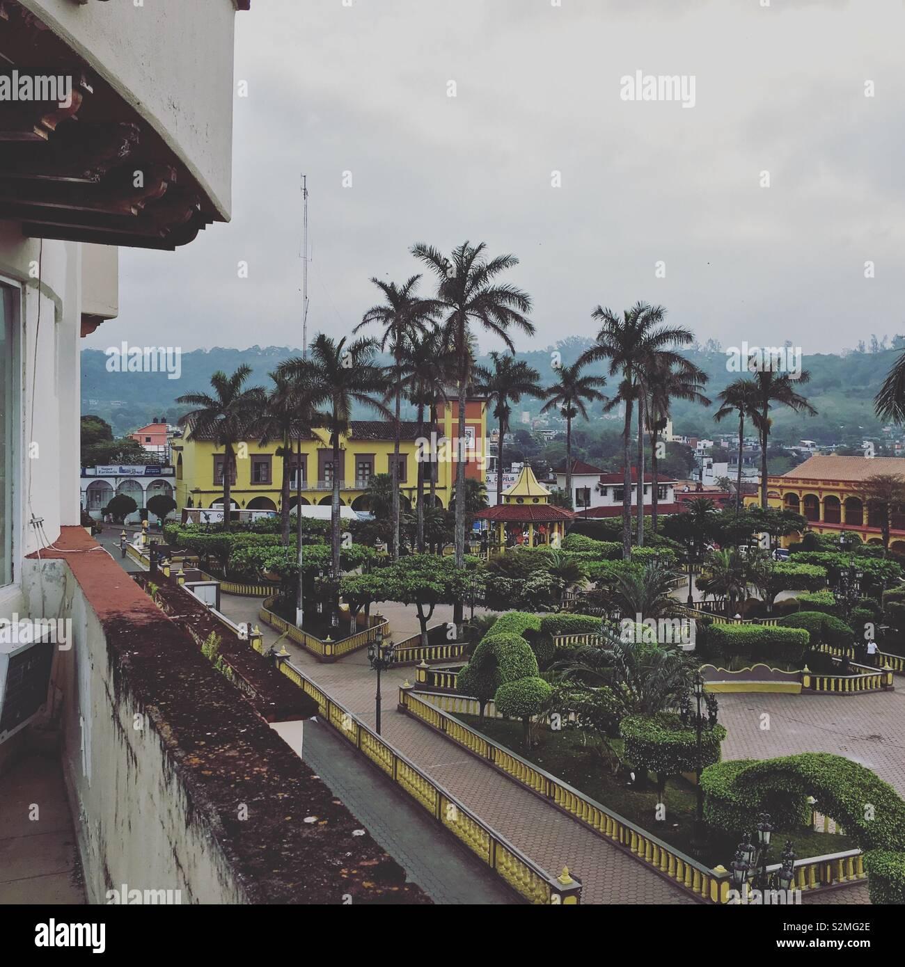 Fotografía tomada desde el balcón de un hotel en Veracruz, en ella se puede apreciar la plaza de Santiago de Tuxtla - Stock Image