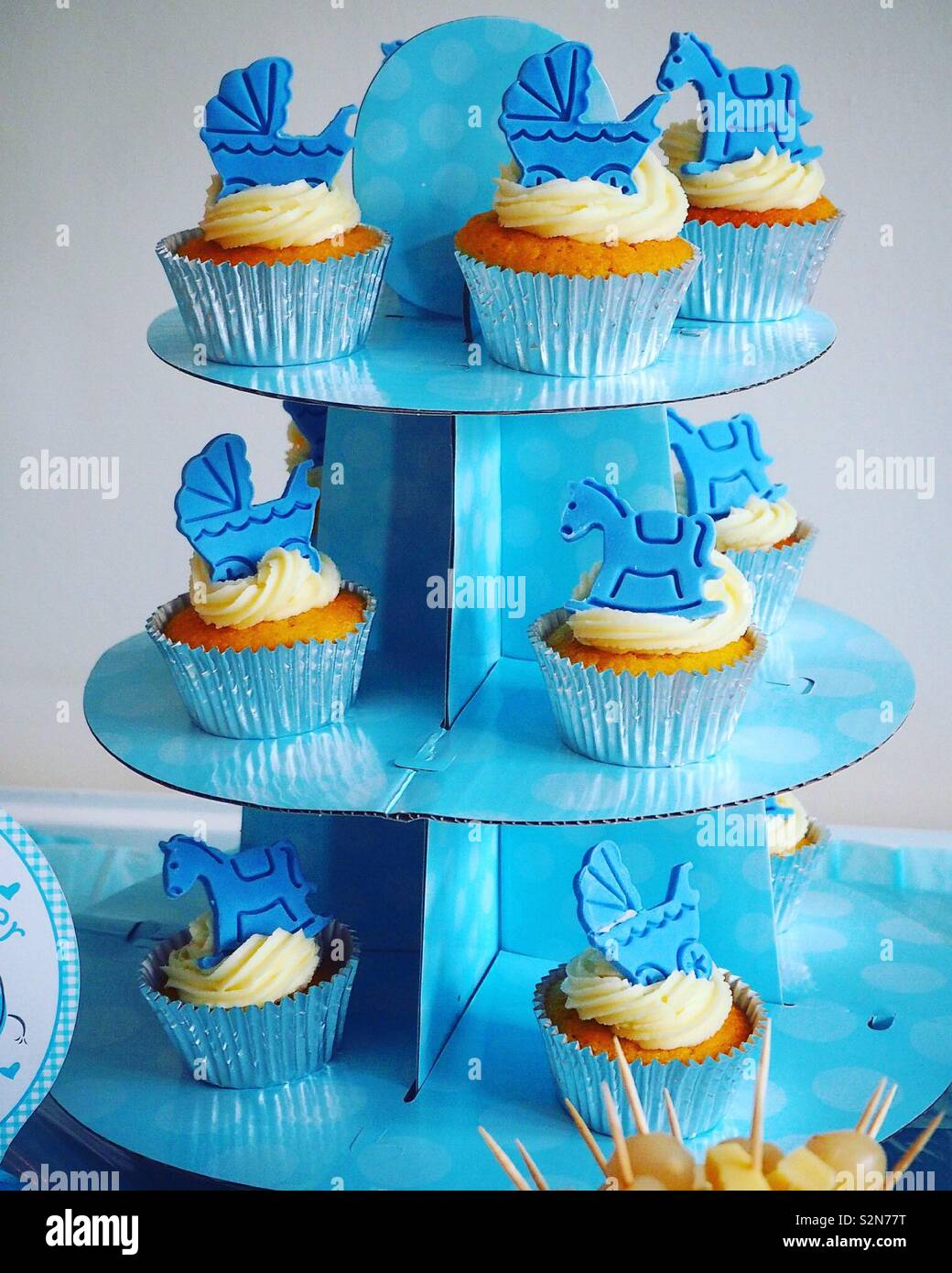 Cupcakes at a blue baby shower - Stock Image
