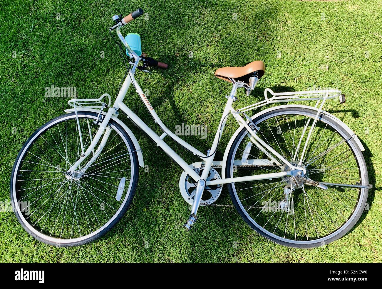 A bike laying in the grass. - Stock Image