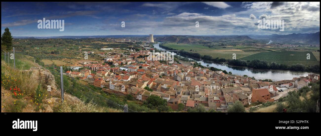 The village of Ascó, with the nuclear power station in view, Catalonia, Spain. - Stock Image