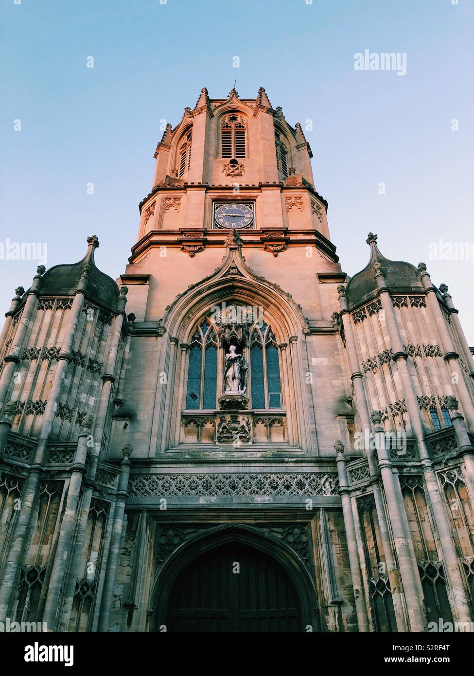 Golden light catches Tom Tower, Christ Church Cathedral in Oxford Stock Photo
