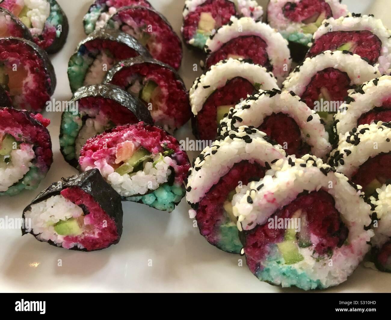 Selbst kreiertes und zubereitetes Sushi in verschiedenen Geschmacksrichtungen und Formen Stock Photo