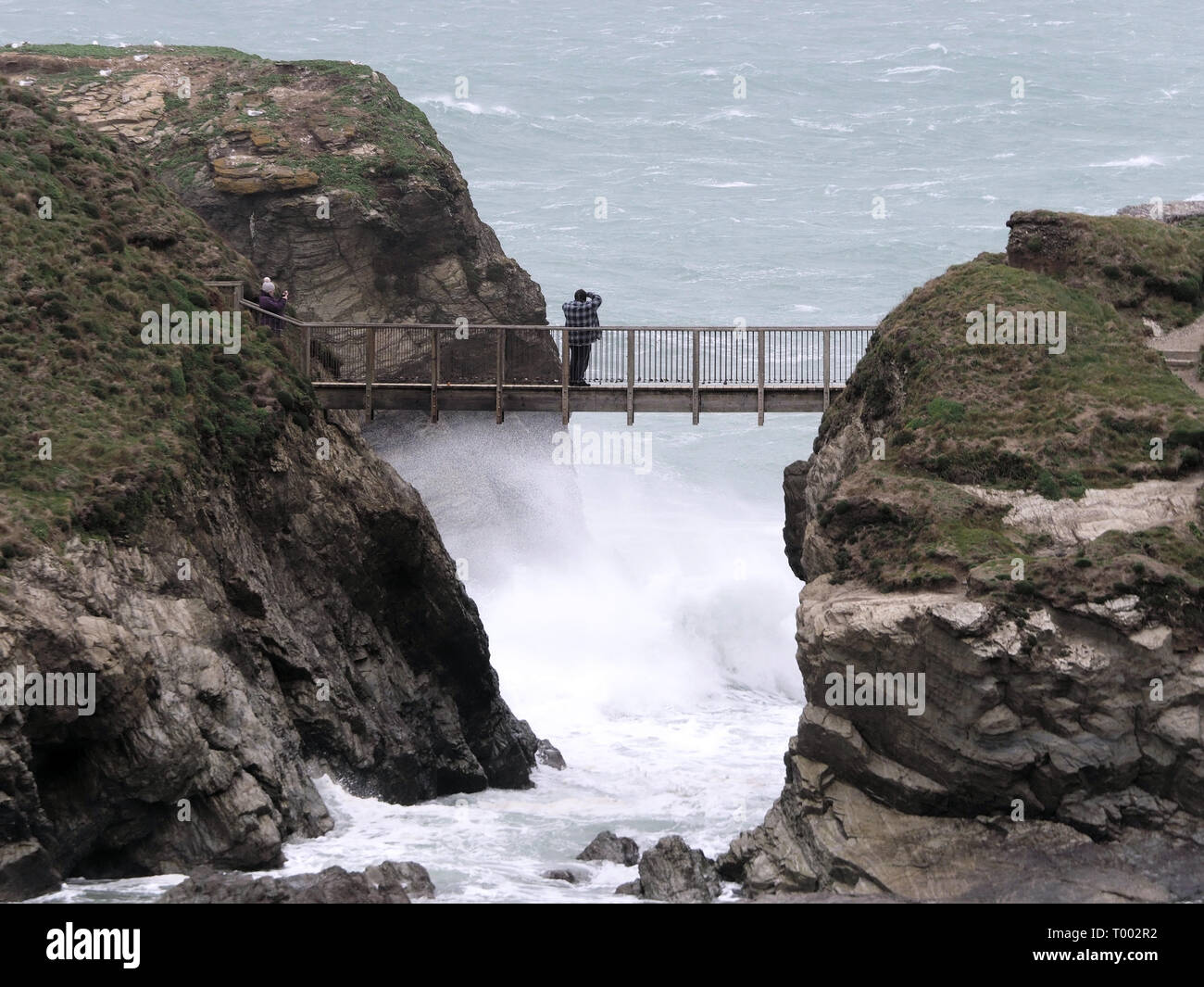 Newquay,Cornwall, UK, 16th March 2019.UK weather: Gales lash Fistral Bay and the Bridge to Porth Island in Newquay.. Credit: Robert Taylor/Alamy Live News - Stock Image