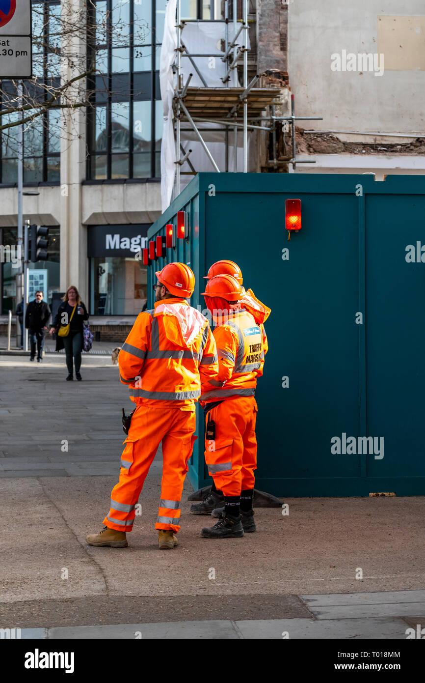 Scaffolders at work. High Street Kensington, Kensington, London - Stock Image