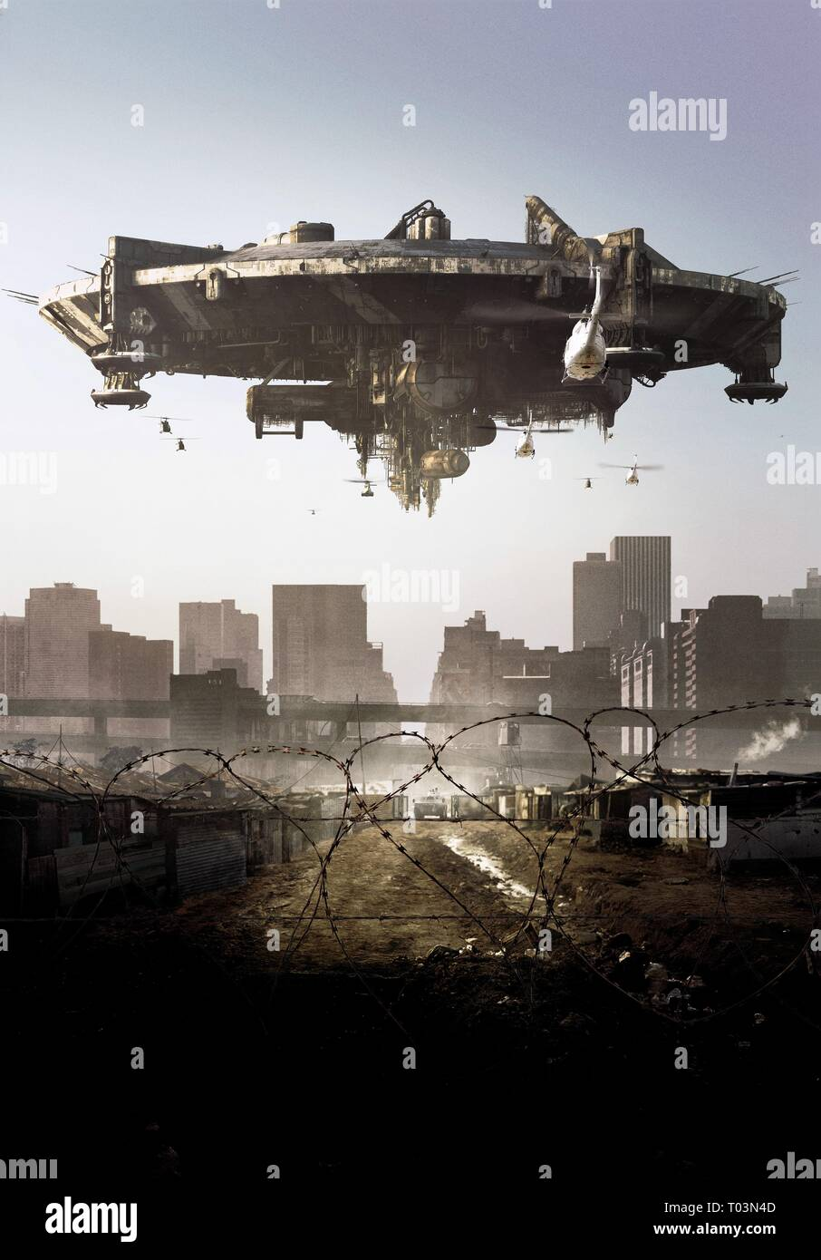 SPACECRAFT OVER ALIEN COMPOUND, DISTRICT 9, 2009 - Stock Image