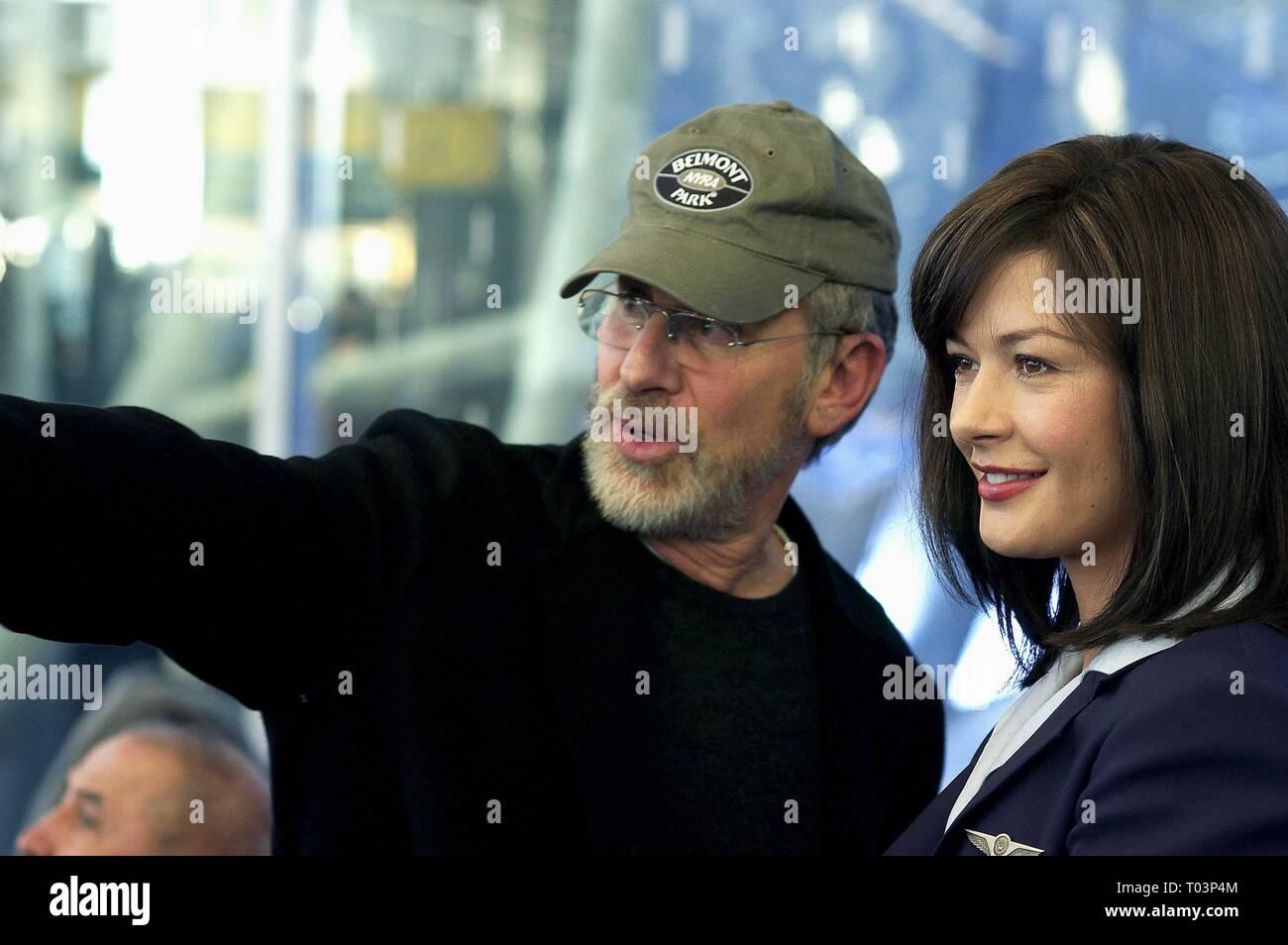 Steven Spielberg Catherine Zeta Jones The Terminal 2004 Stock Photo Alamy