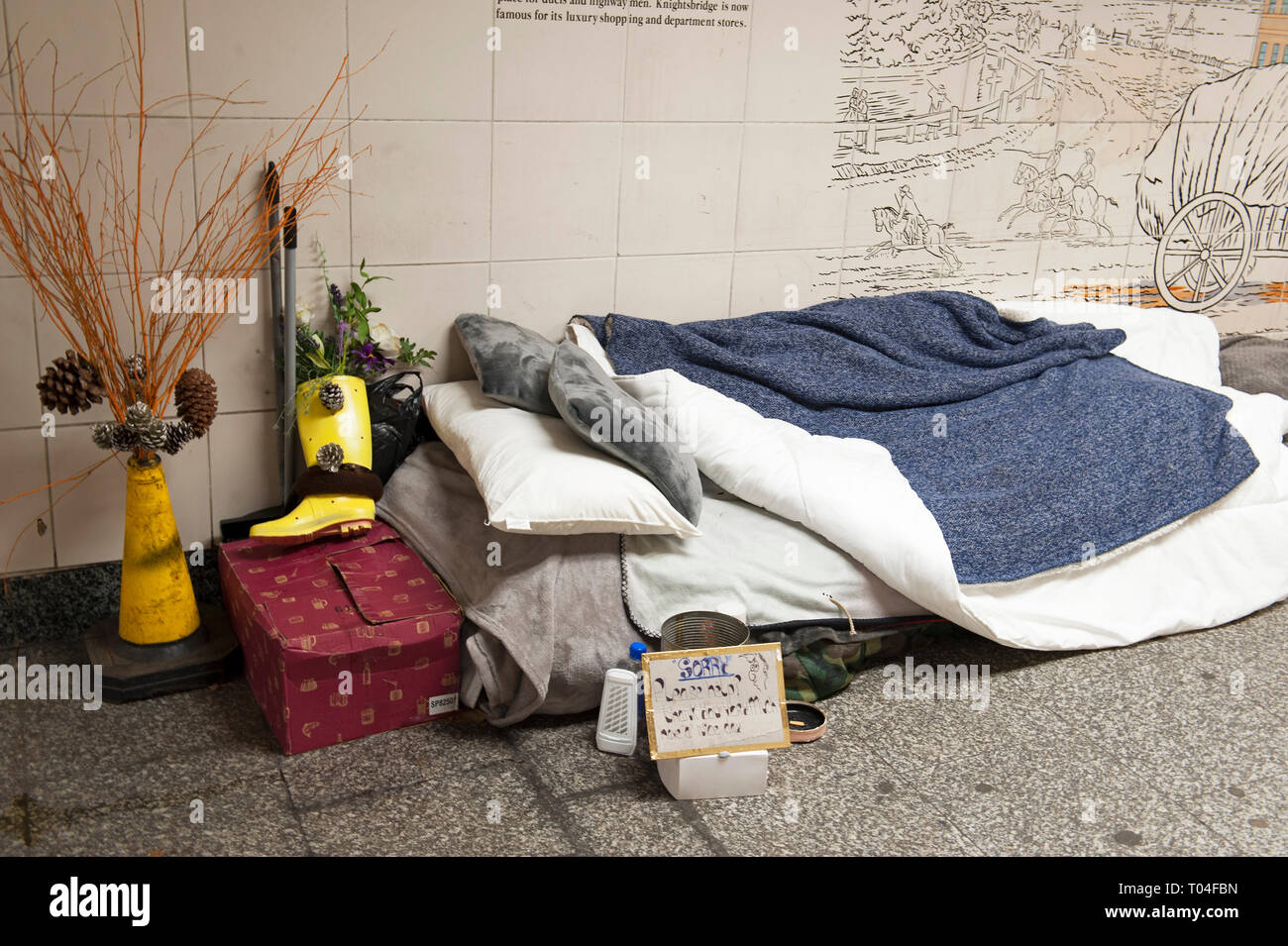 London, England, 26th March, 2019. Homeless person's bed in the Hyde Park Corner underpass. © Karl Nesh - Stock Image