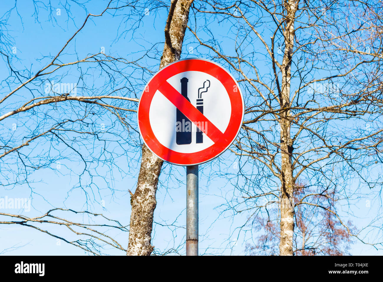Sign not to drink alcohol and do not smoke in the park - Stock Image