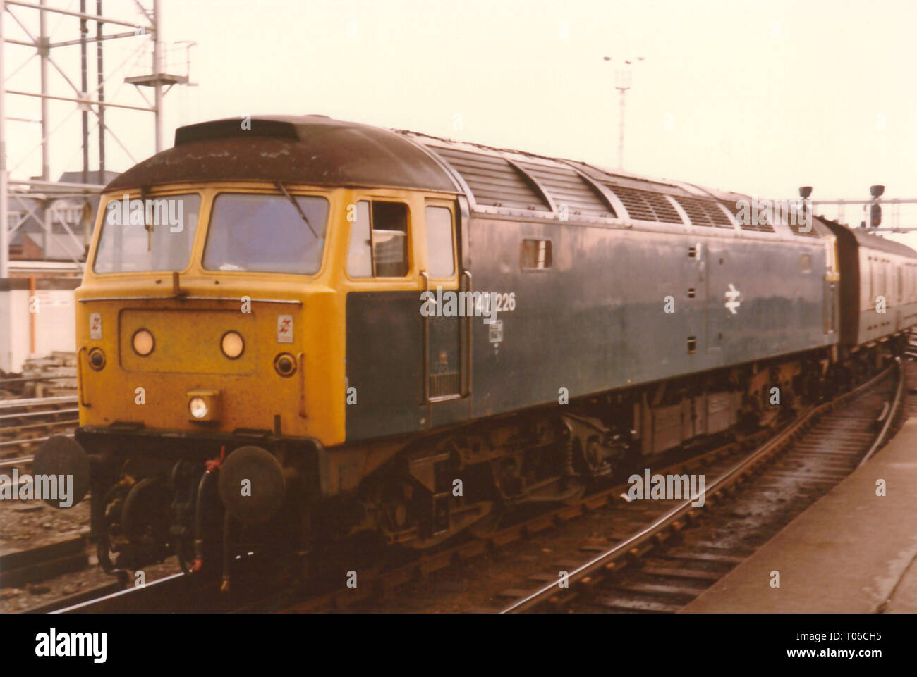 Class 47 47226 arrives at Newcastle Central Station's western end in the 1980s. - Stock Image
