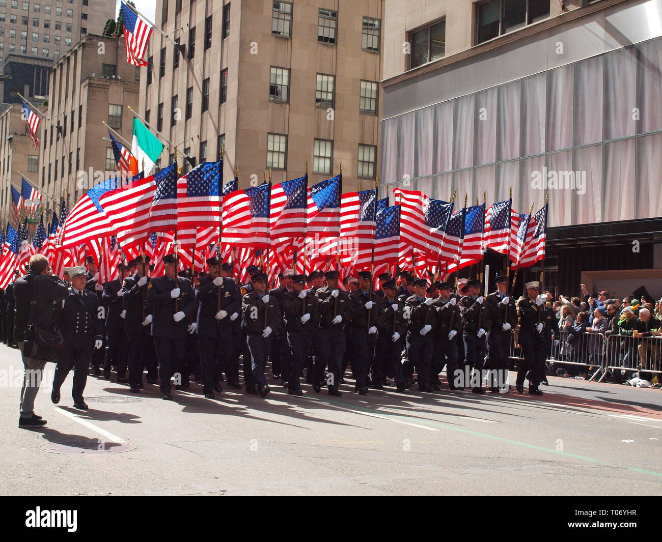 343 NYFD members carrying American flags commemorating members who were killed on 9/11/01 terrorist attacks on New York City. - Stock Image