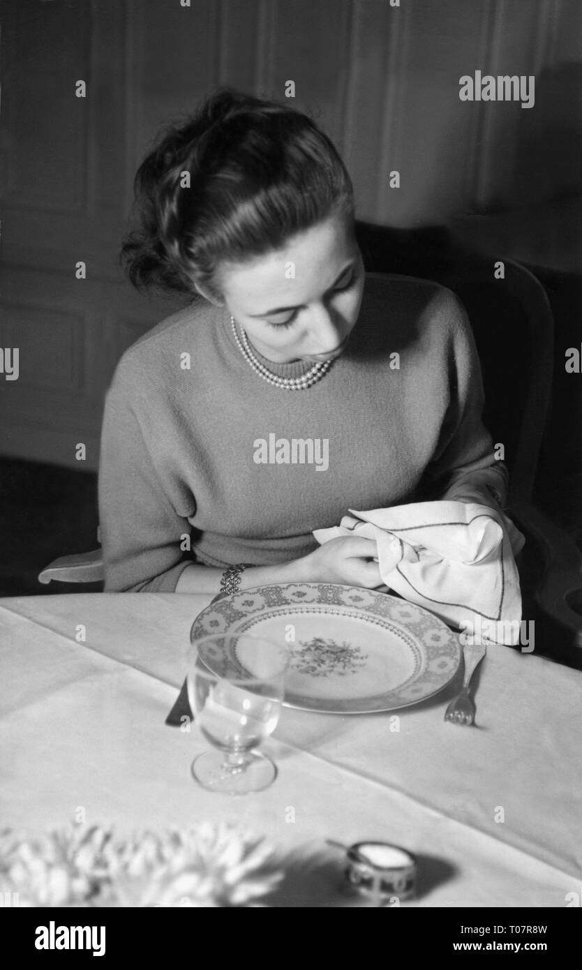 people, society, rules of politeness, dinner, don't smear the cutlery in the table napkin, scene, 1950s, Additional-Rights-Clearance-Info-Not-Available - Stock Image