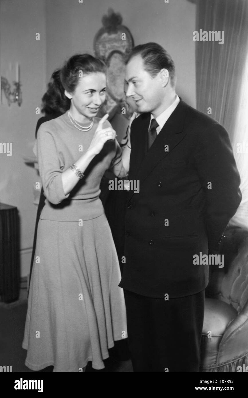 people, society, rules of politeness, invitation, don't whisper to one person, scene, 1950s years, Additional-Rights-Clearance-Info-Not-Available - Stock Image