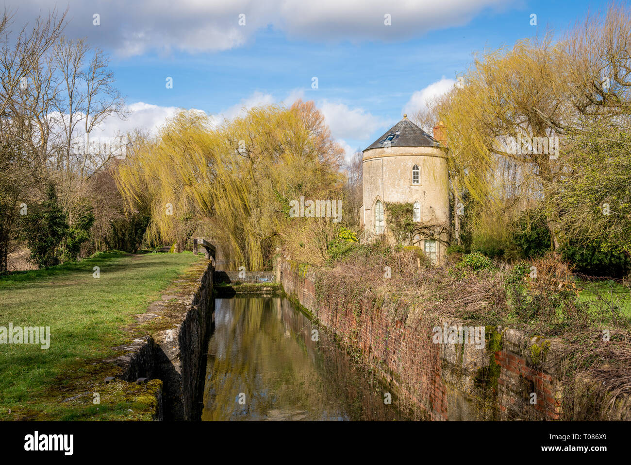 View of the Cerney Wick lock and Roundhouse on the Severn - Thames Canal, United Kingdom - Stock Image