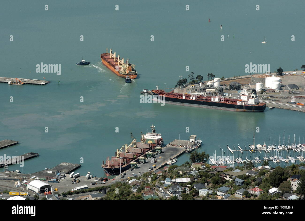 AJAXNETPHOTO. FEBRUARY, 2019. LYTTELTON, NEW ZEALAND. - SOUTH ISLAND PORT AND HARBOUR WITH BULKERS MOORED ALONGSIDE AND ONE DEPARTING THE HARBOUR.PHOTO:RICK GODLEY/AJAXREF:RG190217_0827 - Stock Image
