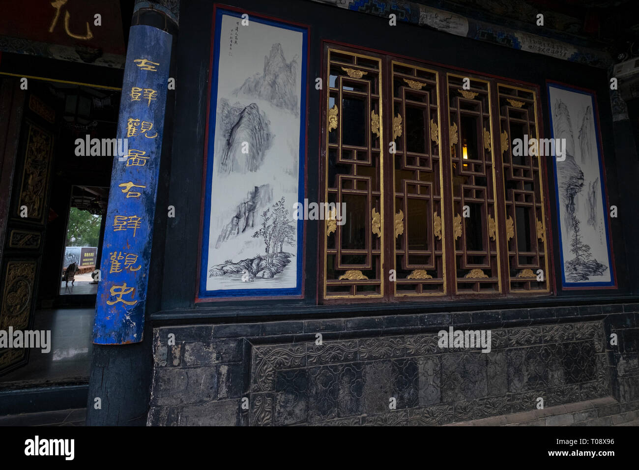 Carved wood doors Interior courtyard, Zhu Family house, Jianshui Ancient Town, Yunnan Province, China Stock Photo