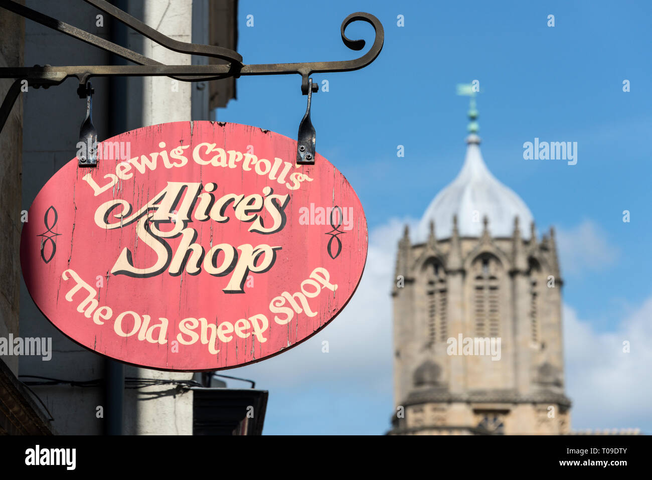 A Alice & Wonderland shop on St. Aldates Street with Christ Church Tom Tower  in Oxford, Oxfordshire,Britain - Stock Image