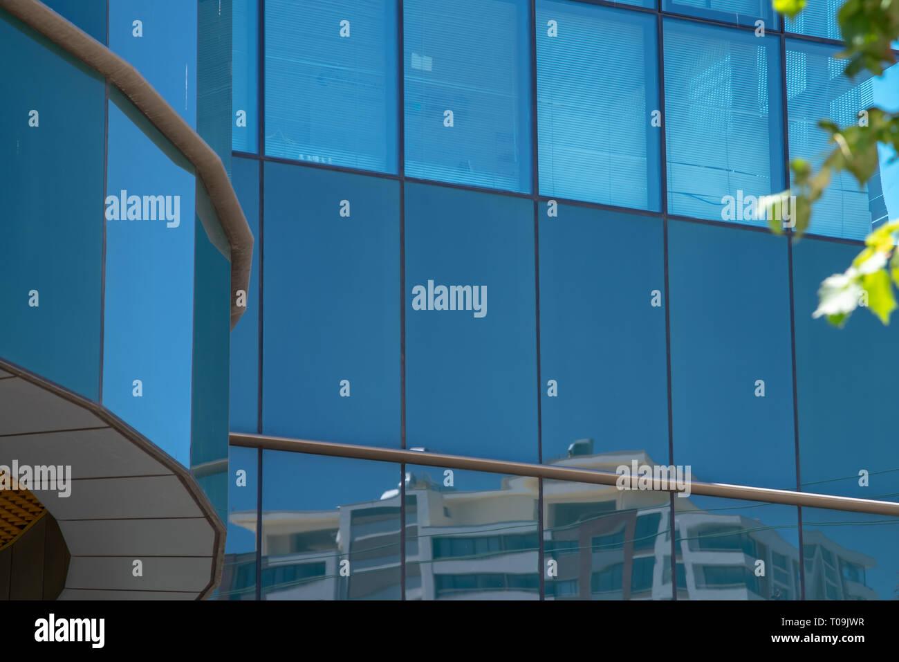 Spiegelungen in einem Bürohaus irgendwo in Concepcion. - Stock Image