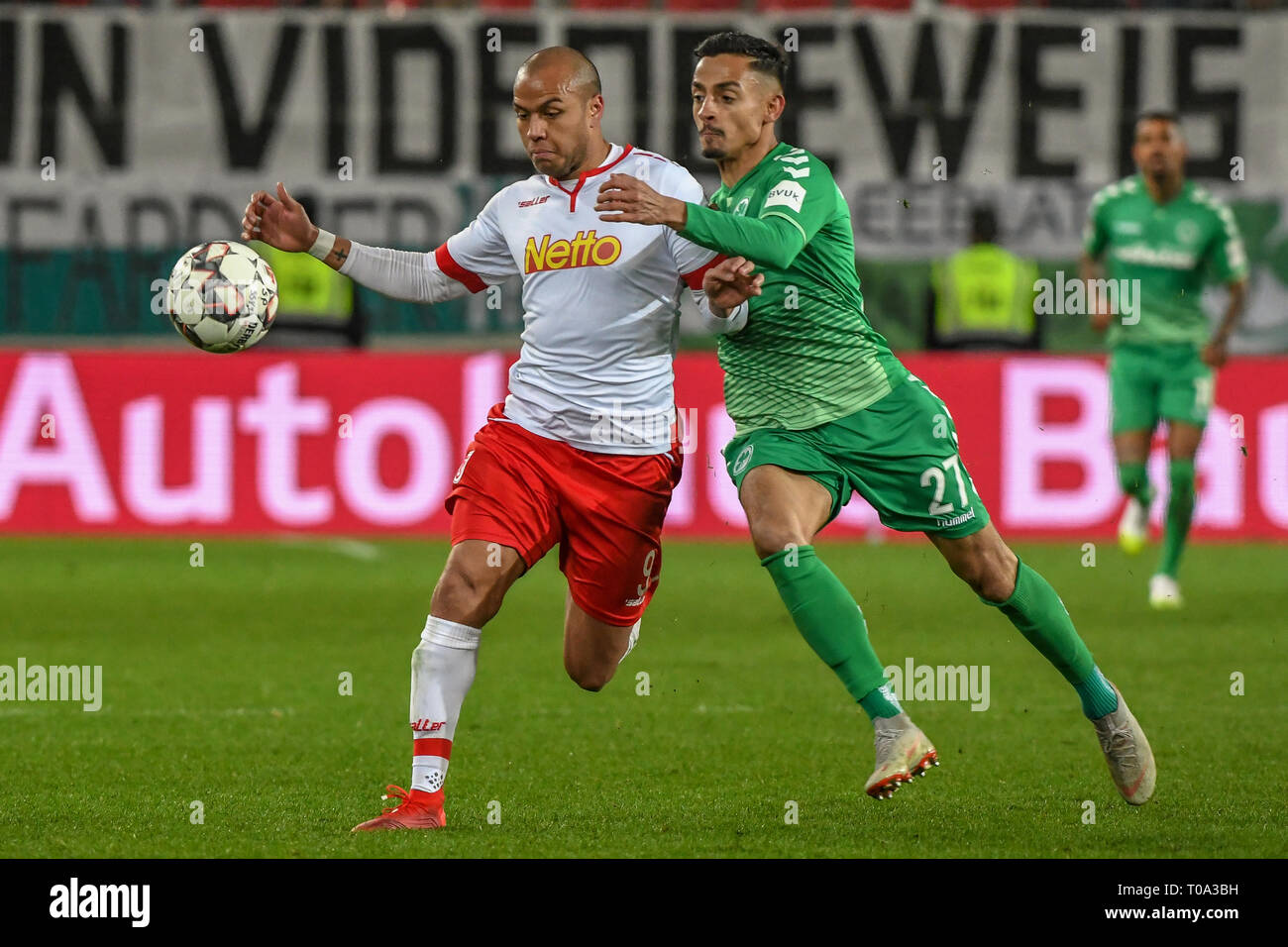 Regensburg, Germany. 18th Mar, 2019. Soccer: 2nd Bundesliga, Jahn Regensburg - SpVgg Greuther Fürth, 26th matchday in the Continental Arena. Jann George von Regensburg (l) and Kenny Prince Redondo von Fürth fight for the ball. Credit: Armin Weigel/dpa - IMPORTANT NOTE: In accordance with the requirements of the DFL Deutsche Fußball Liga or the DFB Deutscher Fußball-Bund, it is prohibited to use or have used photographs taken in the stadium and/or the match in the form of sequence images and/or video-like photo sequences./dpa/Alamy Live News - Stock Image
