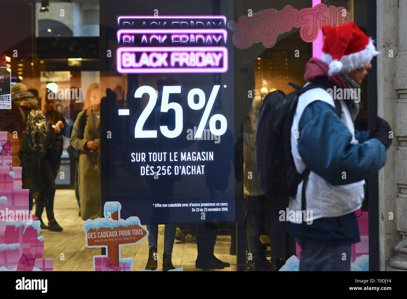 Poster 'Black Friday, spend 25€ and get 25% off your entire purchase' on a shop window on November 23, 2018 - Stock Image