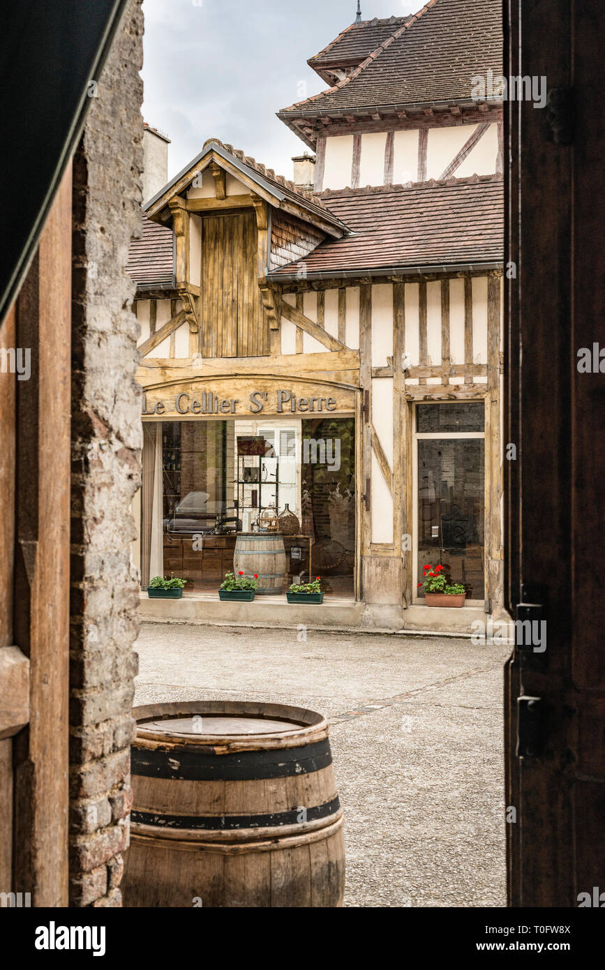 Le Celler St. Pierre, Wine Cellar & Champagne Shop, Troyes, La Champagne, France - Stock Image