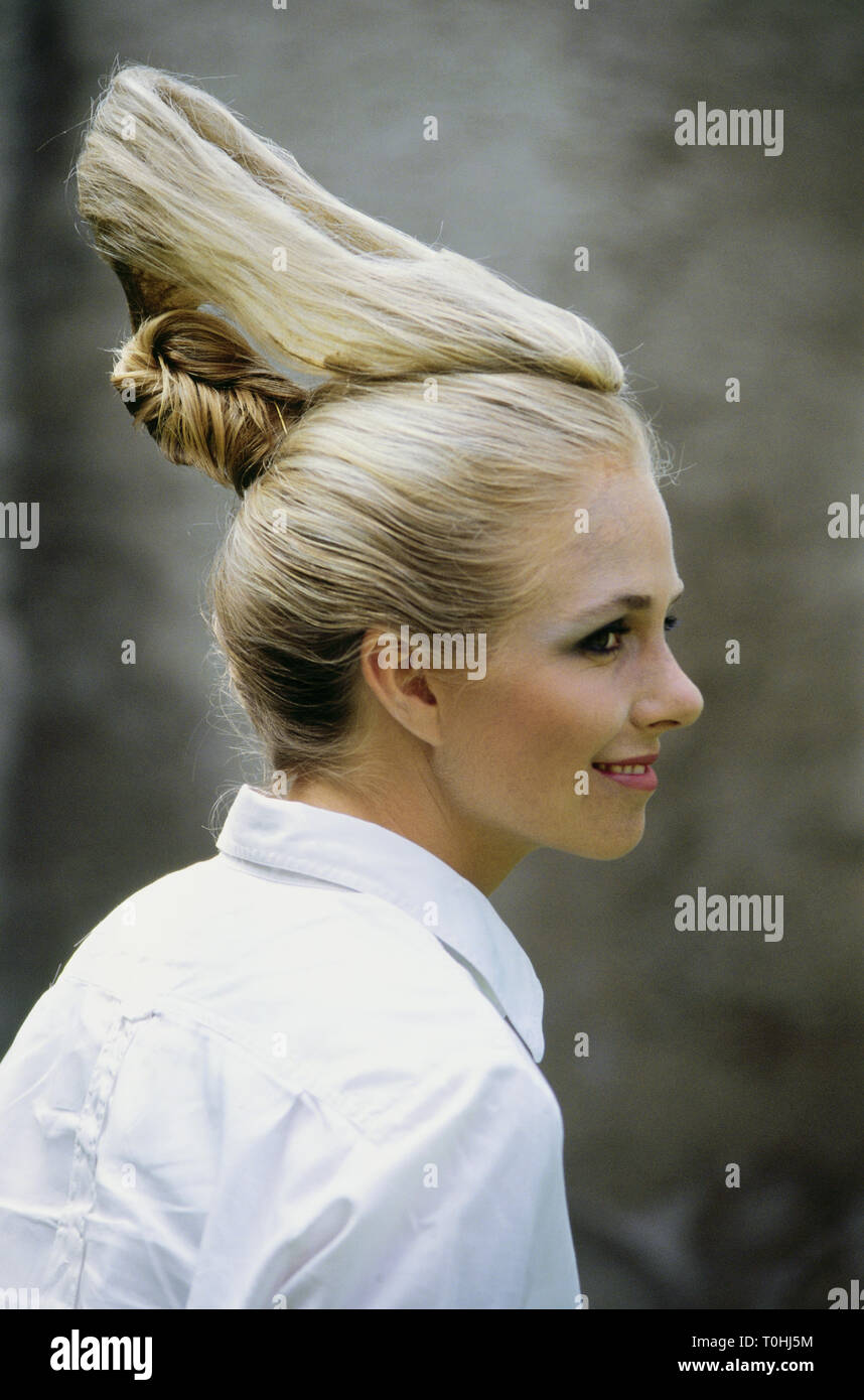 oddities, fashion, hair styles, hair style in form of a lady's shoe, version Billy showing work of hair art, hairdressers 'Mirage', Munich, Germany, August 1991, Additional-Rights-Clearance-Info-Not-Available - Stock Image
