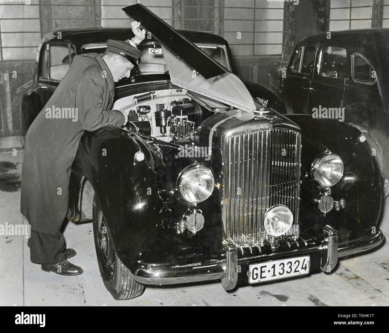 transport / transportation, car, vehicle variants, Rolls-Royce, version phantom, chauffeur, open engine bonnet, Great Britain, circa 1950, Additional-Rights-Clearance-Info-Not-Available - Stock Image