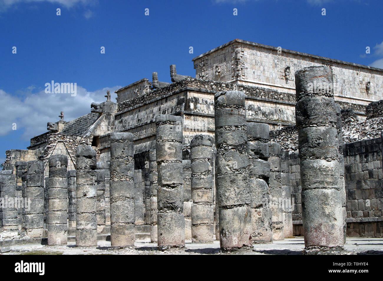 Zona arqueologica de Chichen Itza Zona arqueológica    Chichén ItzáChichén Itzá maya: (Chichén) Boca del pozo;   de los (Itzá) brujos de agua.   Es uno de los principales sitios arqueológicos de la   península de Yucatán, en México, ubicado en el municipio de Tinum.  Photo: ©Francisco Morales/DAMMPHOTO.COM/NORTEPHOTO Stock Photo