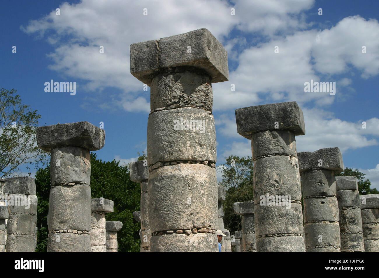 Zona arqueologica de Chichen Itza Zona arqueológica    Chichén ItzáChichén Itzá maya: (Chichén) Boca del pozo;   de los (Itzá) brujos de agua.   Es uno de los principales sitios arqueológicos de la   península de Yucatán, en México, ubicado en el municipio de Tinum.  *Photo:©Francisco* Morales/DAMMPHOTO.COM/NORTEPHOTO Stock Photo
