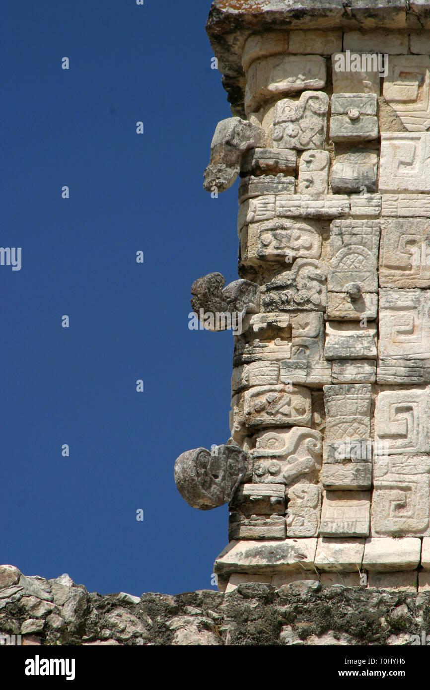 Zona arqueologica de Chichen Itza Zona arqueológica    Chichén ItzáChichén Itzá maya: (Chichén) Boca del pozo;   de los (Itzá) brujos de agua.   Es uno de los principales sitios arqueológicos de la   península de Yucatán, en México, ubicado en el municipio de Tinum.  *Photo:©Francisco*Morales/DAMMPHOTO.COM/NORTEPHOTO - Stock Image