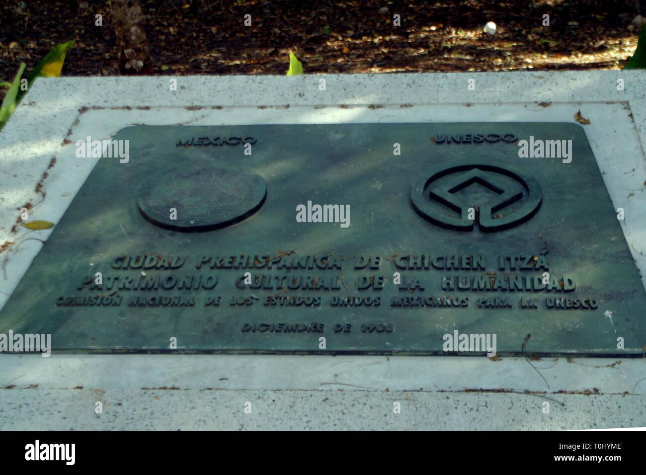 Zona arqueologica de Chichen Itza Zona arqueológica    Chichén ItzáChichén Itzá maya: (Chichén) Boca del pozo;   de los (Itzá) brujos de agua.   Es uno de los principales sitios arqueológicos de la   península de Yucatán, en México, ubicado en el municipio de Tinum.  *Photo:©Francisco* Morales/DAMMPHOTO.COM/NORTEPHOTO - Stock Image