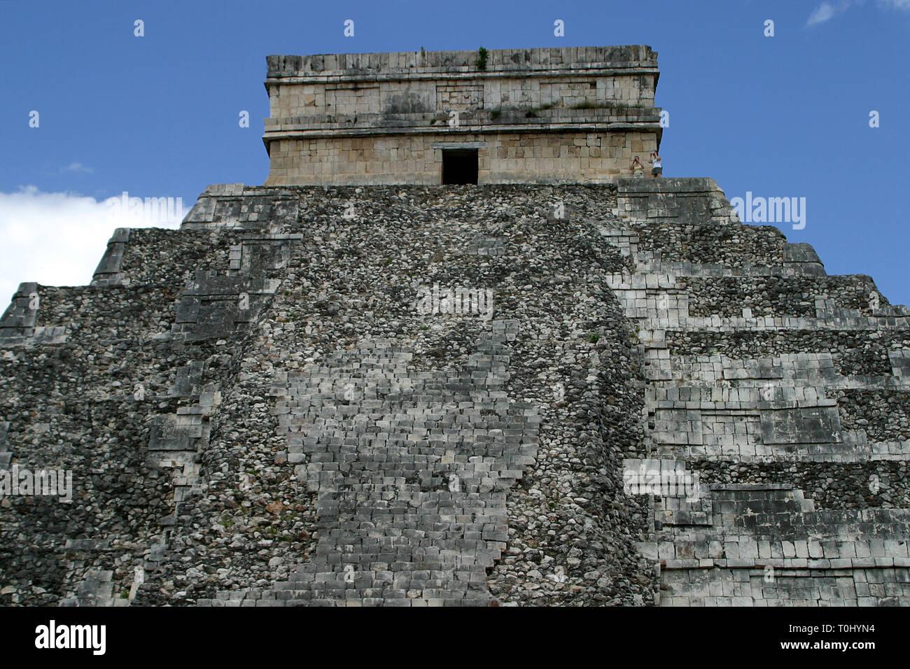 Templo de Kukulcan.  Zona arqueologica de Chichen Itza Zona arqueológica    Chichén ItzáChichén Itzá maya: (Chichén) Boca del pozo;   de los (Itzá) brujos de agua.   Es uno de los principales sitios arqueológicos de la   península de Yucatán, en México, ubicado en el municipio de Tinum.  *Photo:©Francisco* Morales/DAMMPHOTO.COM/NORTEPHOTO    * No * sale * a * third * - Stock Image
