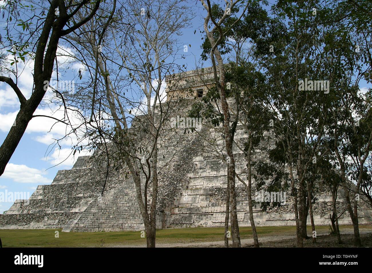 Templo de Kukulcan.  Zona arqueologica de Chichen Itza Zona arqueológica    Chichén ItzáChichén Itzá maya: (Chichén) Boca del pozo;   de los (Itzá) brujos de agua.   Es uno de los principales sitios arqueológicos de la   península de Yucatán, en México, ubicado en el municipio de Tinum.  *Photo:*©Francisco* Morales/DAMMPHOTO.COM/NORTEPHOTO    * No * sale * a * third * - Stock Image
