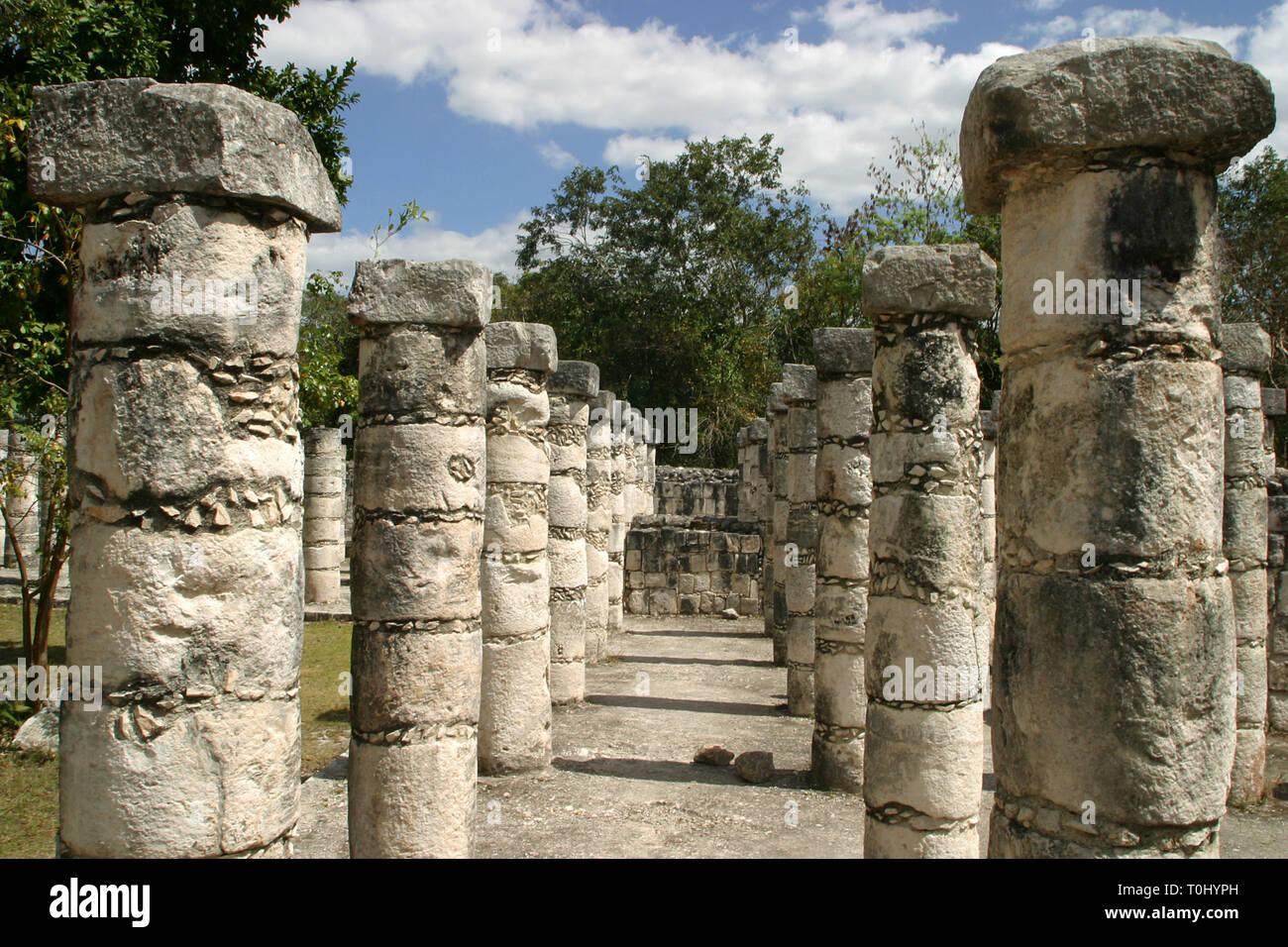 Templo de los Guerreros y de las 1000 Columnas.  Zona arqueologica de Chichen Itza Zona arqueológica    Chichén ItzáChichén Itzá maya: (Chichén) Boca del pozo;   de los (Itzá) brujos de agua.   Es uno de los principales sitios arqueológicos de la   península de Yucatán, en México, ubicado en el municipio de Tinum.  *Photo:*©Francisco* Morales/DAMMPHOTO.COM/NORTEPHOTO - Stock Image