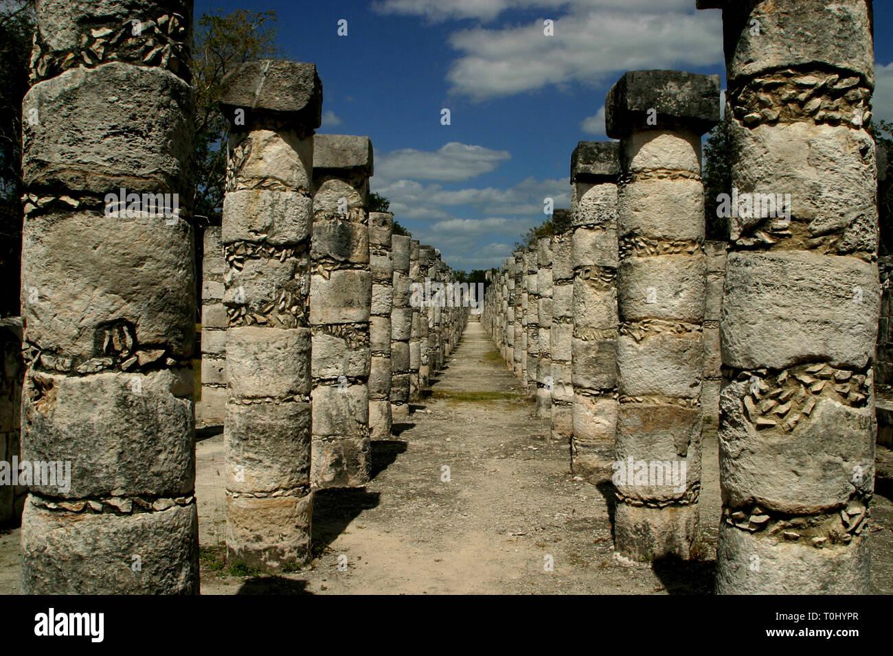 Templo de los Guerreros y de las 1000 Columnas.  Zona arqueologica de Chichen Itza Zona arqueológica    Chichén ItzáChichén Itzá maya: (Chichén) Boca del pozo;   de los (Itzá) brujos de agua.   Es uno de los principales sitios arqueológicos de la   península de Yucatán, en México, ubicado en el municipio de Tinum.  Photo: ©Francisco Morales/DAMMPHOTO.COM/NORTEPHOTO - Stock Image