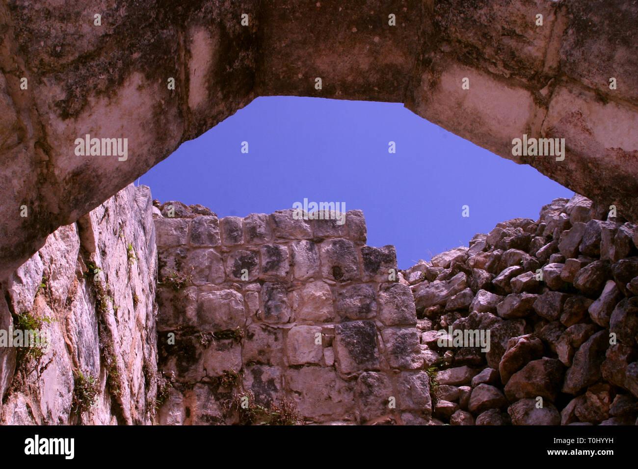 Zona arqueologica de Chichen Itza Zona arqueológica    Chichén ItzáChichén Itzá maya: (Chichén) Boca del pozo;   de los (Itzá) brujos de agua.   Es uno de los principales sitios arqueológicos de la   península de Yucatán, en México, ubicado en el municipio de Tinum.  *Photo:©Francisco* Morales/DAMMPHOTO.COM/NORTEPHOTO  * No * sale * a * third * Stock Photo