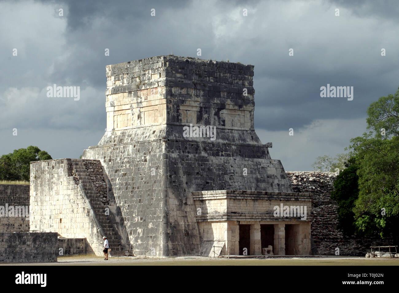 Zona arqueologica de Chichen Itza Zona arqueológica    Chichén ItzáChichén Itzá maya: (Chichén) Boca del pozo;   de los (Itzá) brujos de agua.   Es uno de los principales sitios arqueológicos de la   península de Yucatán, en México, ubicado en el municipio de Tinum.  *Photo:©Francisco*Morales/DAMMPHOTO.COM/NORTEPHOTO Stock Photo