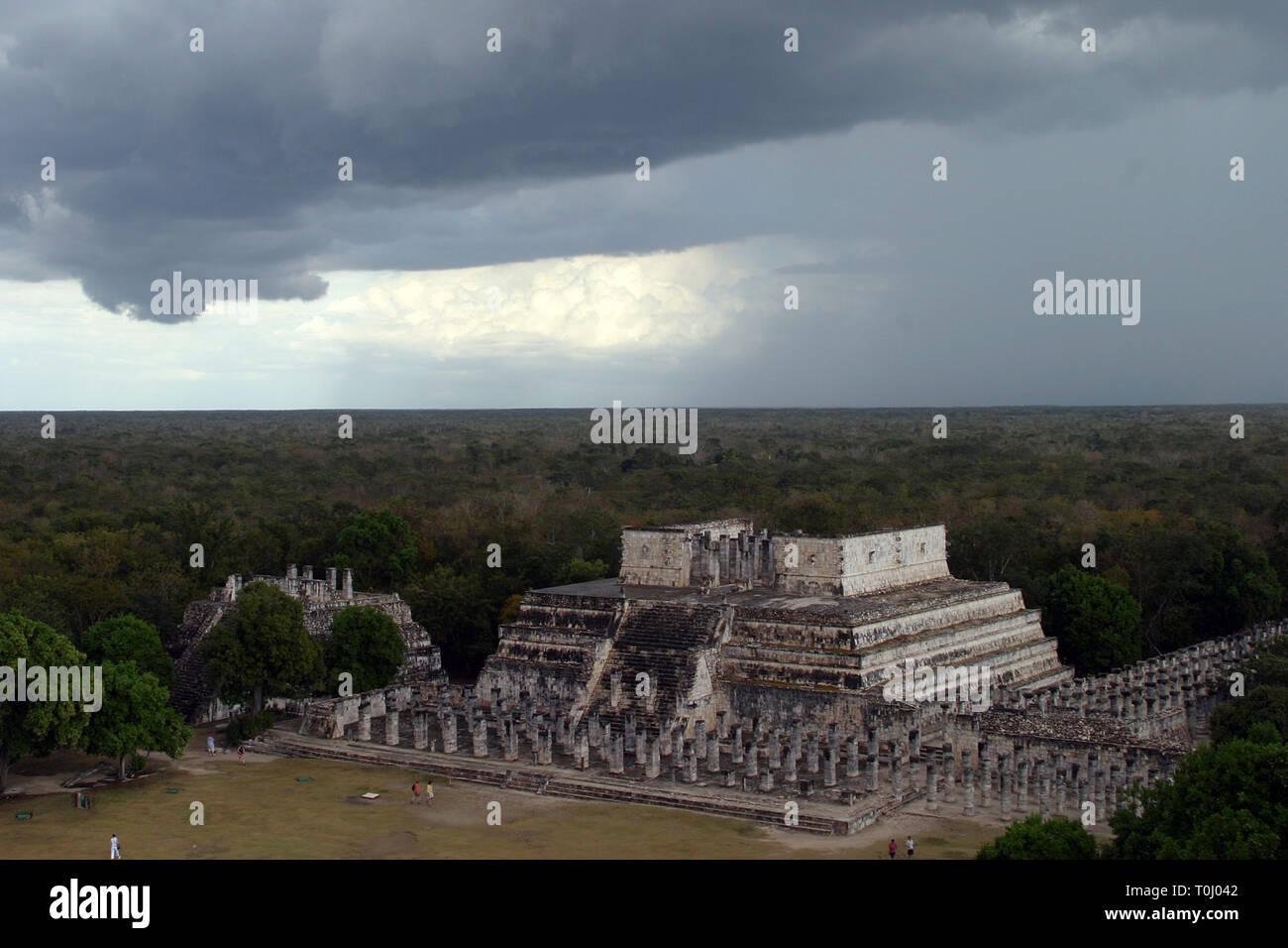 Zona arqueologica de Chichen Itza Zona arqueológica    Chichén ItzáChichén Itzá maya: (Chichén) Boca del pozo;   de los (Itzá) brujos de agua.  Es uno de los principales  sitios arqueológicos de la  península de Yucatán,   en México, ubicado en el municipio de Tinum.  *Photo:*©Francisco*Morales/DAMMPHOTO.COM/NORTEPHOTO** No * sale * a * third * - Stock Image