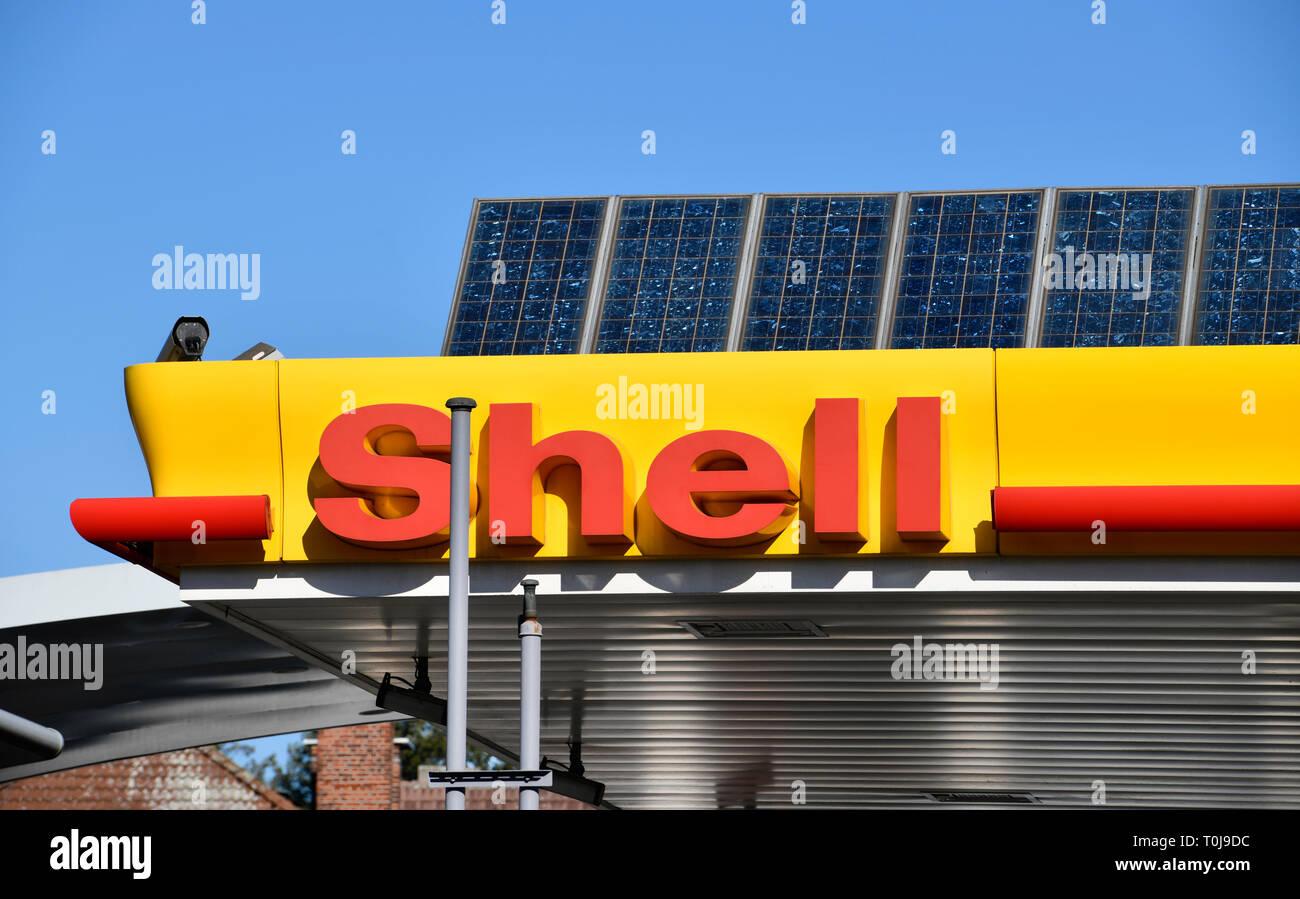 Shell, filling station, solar cells, dam Hohenzollern, village Wilmers, Berlin, Germany, Tankstelle, Solarzellen, Hohenzollerndamm, Wilmersdorf, Deuts - Stock Image