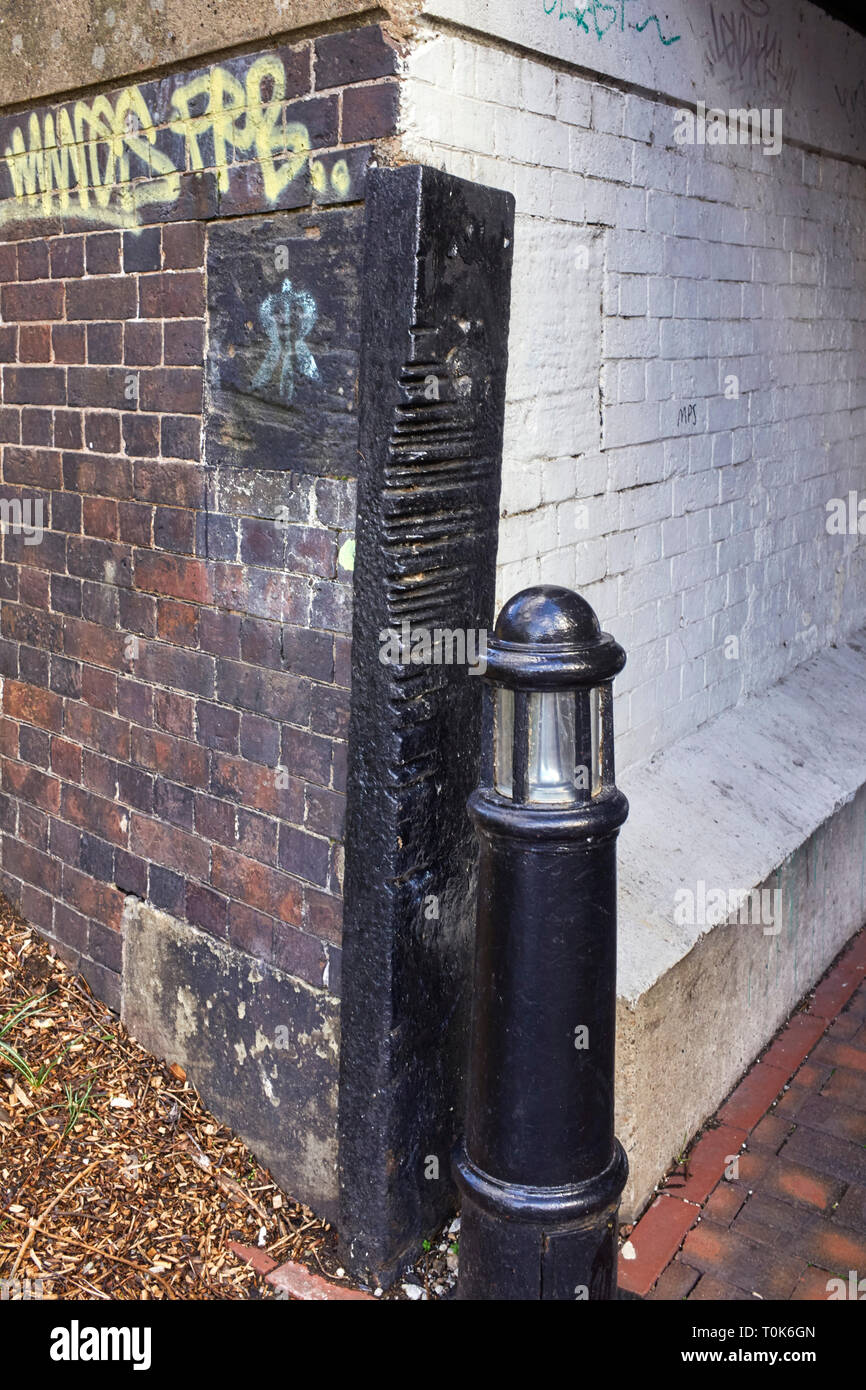 Detail showing iron protection bar with rope cuts made by towropes of horses in the past on the BCN at Farmers Bridge in Birmingham - Stock Image