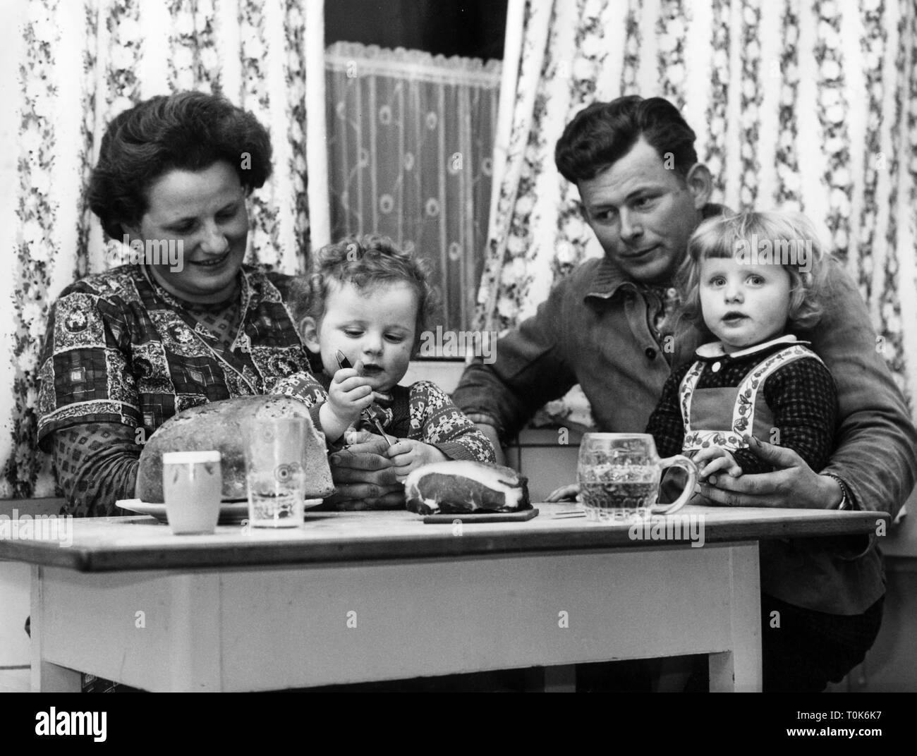people, family, during lunch time, Theo Kiebler with his children after the healing of his daughter through a high-altitude flight, circa 1960, Additional-Rights-Clearance-Info-Not-Available - Stock Image
