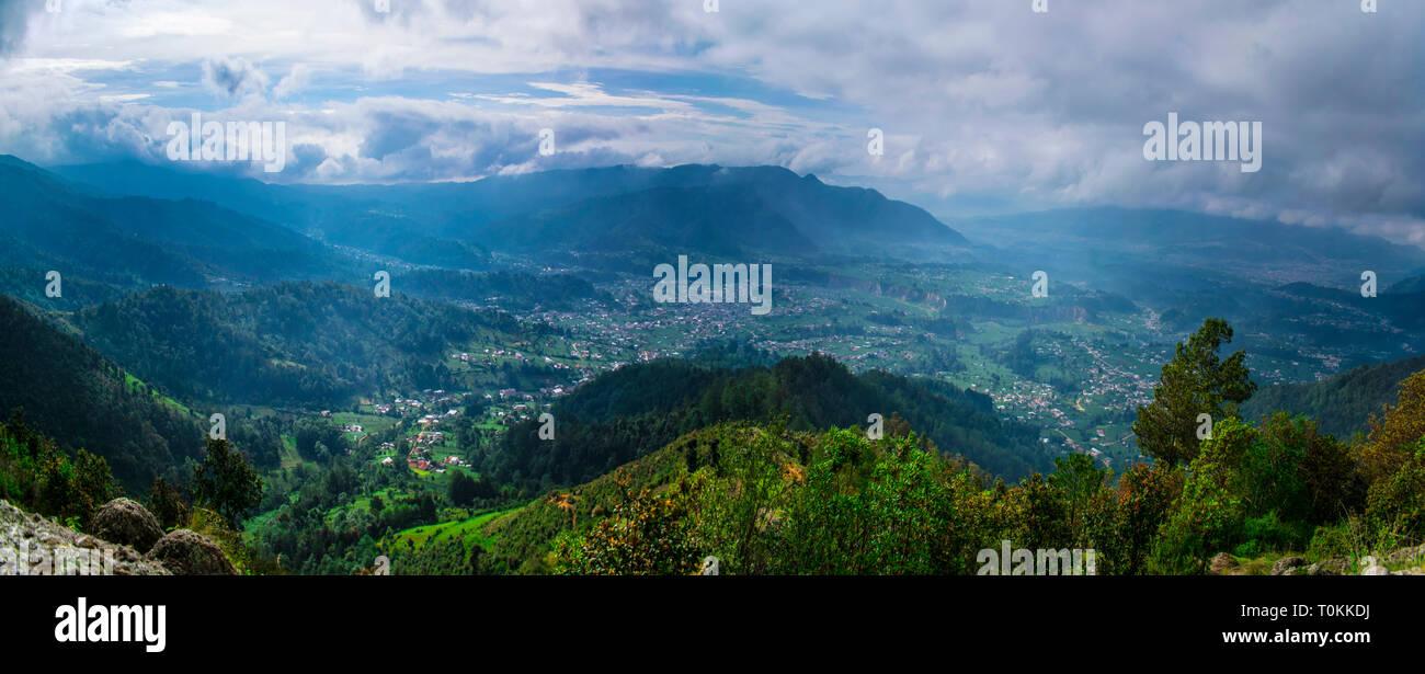 cajola mirador al gran valle amanecer sobre los arboles en las grandes montañas de pueblo,, una vista panoramica e unica con grandes maravillas de la - Stock Image