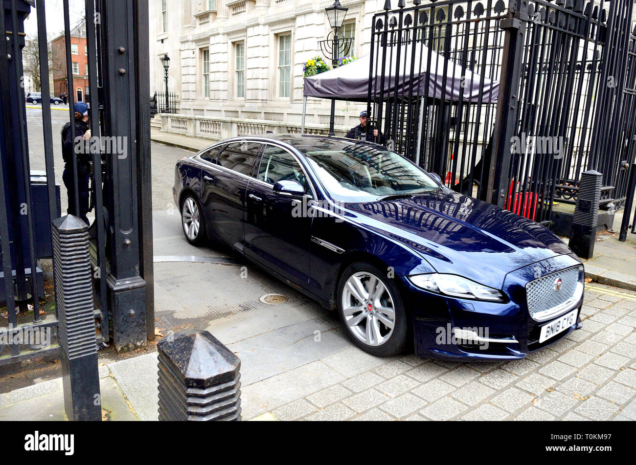 London, England, UK. Ministerial car leaving Downing Street - Stock Image