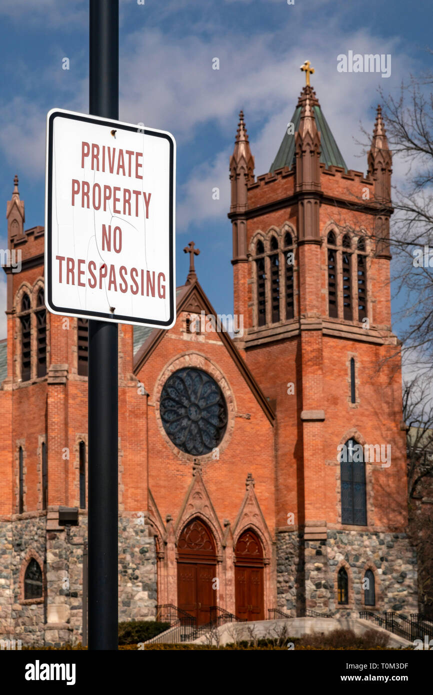 Grosse Pointe Farms, Michigan - A 'no trespassing' sign posted at St. Paul on the Lake Catholic Church. The church is located on the shore of Lake St. - Stock Image