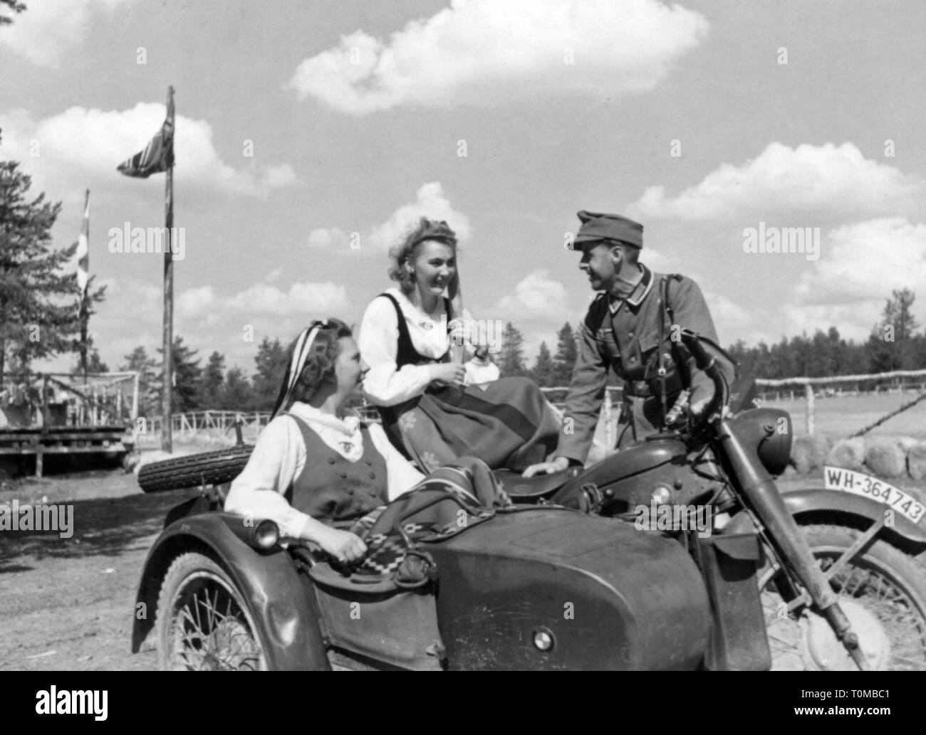 Second World War / WWII, Finland, war correspondent of the German army with two Finnish women, circa 1943, Additional-Rights-Clearance-Info-Not-Available - Stock Image