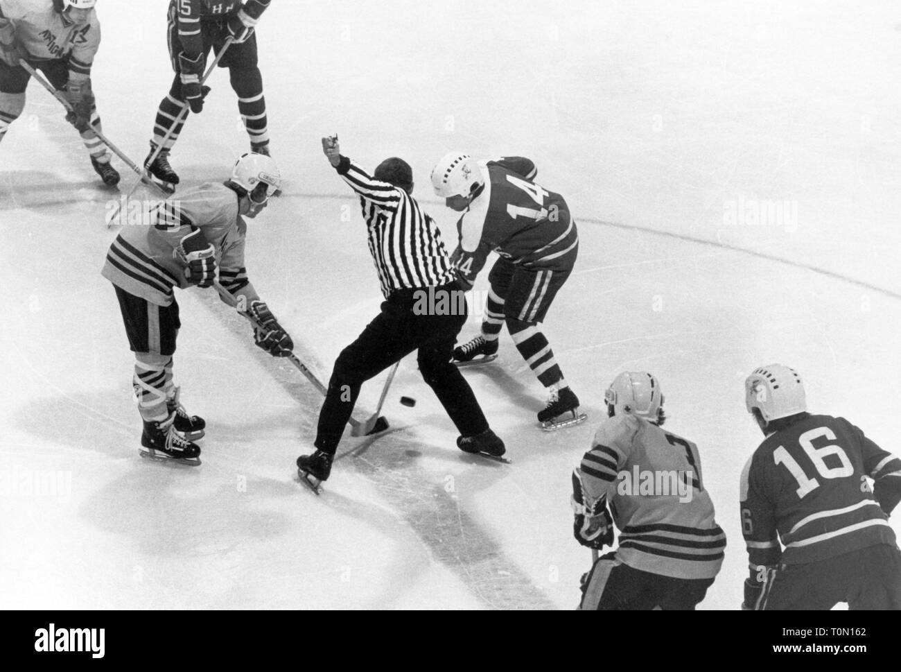sports, winter sports, ice hockey, game, faceoff in the field centre, North America, 1970s, Additional-Rights-Clearance-Info-Not-Available - Stock Image