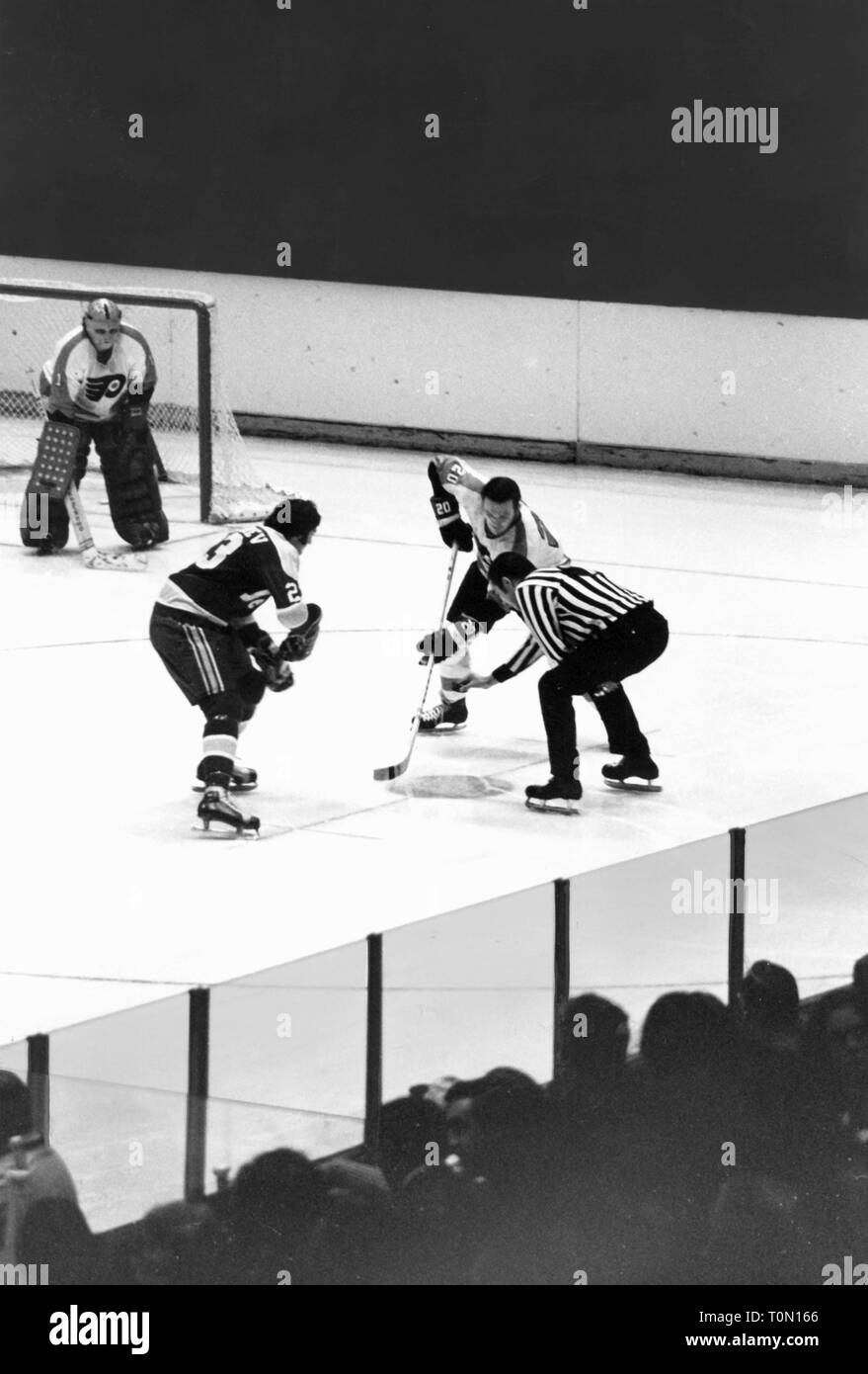 sports, winter sports, ice hockey, game of the Philadelphia flyer, faceoff in front of the goal, 1970s, Additional-Rights-Clearance-Info-Not-Available - Stock Image