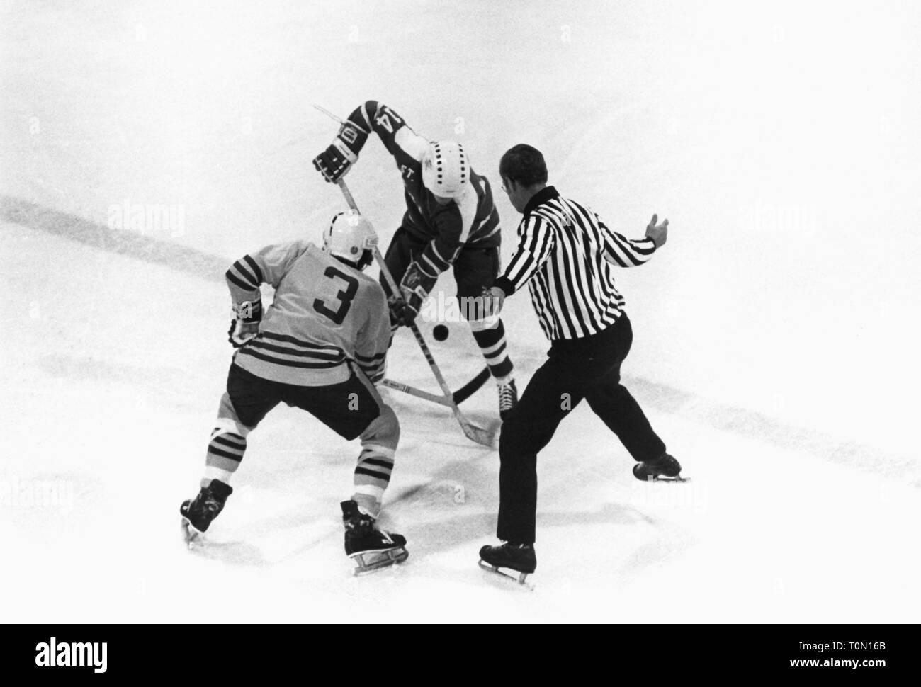 sports, winter sports, ice hockey, game, faceoff at the centre line, North America, 1970s, Additional-Rights-Clearance-Info-Not-Available - Stock Image