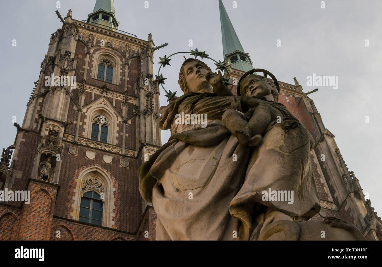Madonna with child against Katedra sw Jana Chrzciciela or st. John the Baptist cathedral Wroclaw, Poland Stock Photo